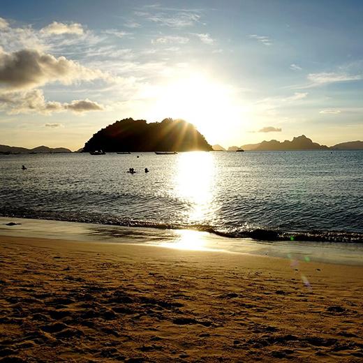 Sonnenuntergang-beim-Las-Cabanas-Beach-in-El-Nido
