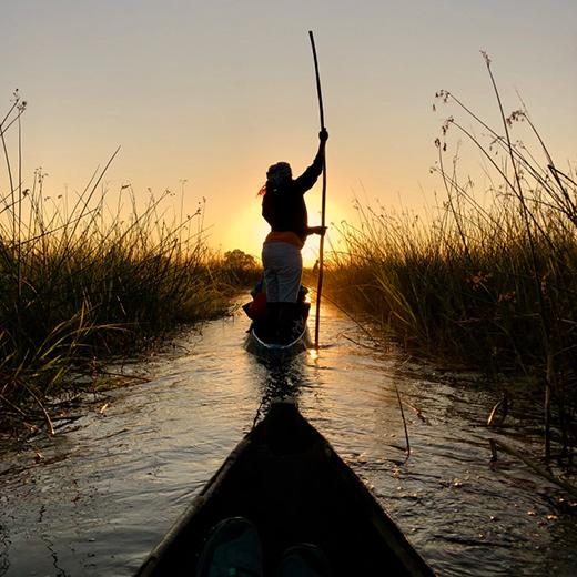 Ins Okawangodelta kommt man nur mit der Hilfe von einheimischen «Polern» und Ihren «Mokoros»