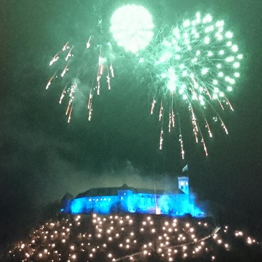 Das Feuerwerk über der Burg